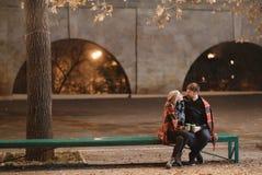 Un couple attrayant dans l'amour embrasse et apprécie un moment intime ensemble, contre le contexte des lumières de ville Photos stock