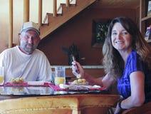 Un couple ayant les bananes et le jus d'orange photo stock