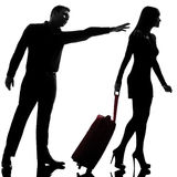 Un couple conteste partir et homme de femme de séparation se tenant en arrière Image stock