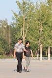 Un couple chinois plus ancien marche dans un jour ensoleillé de l'ARO de parc, Pékin, Chine Images stock