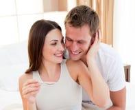 Un couple découvrant des résultats d'un essai de grossesse photos libres de droits