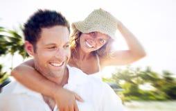 Un couple détendant sur le concept romantique d'amour de plage Photographie stock libre de droits