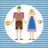 Un couple dans des costumes nationaux typiques chez l'Oktoberfest Images stock