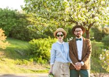 Un couple dans l'amour au coucher du soleil dans des chapeaux se tient avec leurs dos en Th Images libres de droits