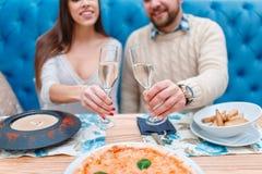 Un couple dans l'amour dans un champagne de café, de consommation et de boissons Image stock