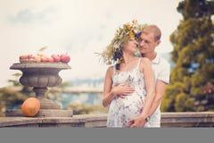 Un couple dans l'amour pendant la grossesse en stationnement Image libre de droits
