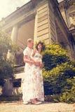 Un couple dans l'amour pendant la grossesse en stationnement Photo stock