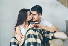 Un couple dans l'amour se repose sur un fond clair Compréhension mutuelle, amour et appui Nous sommes heureux ensemble Buvez Image stock