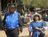 Un couple dans le bleu à la ville fantôme de terrain aurifère, Arizona Image libre de droits