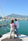 Un couple dans le Puerto célèbre Banus à Marbella, Costa del Sol, Espagne Photo libre de droits