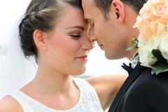 Un couple de nouveaux mariés semble heureux Images libres de droits