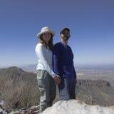 Un couple de sourire sur une crête de montagne Image libre de droits