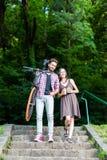 Un couple doux sur des escaliers Image libre de droits