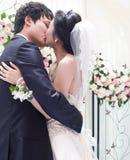 Un couple embrassant sur le mariage Image libre de droits
