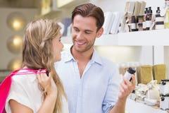 Un couple examinant un échantillon de produits de beauté Photo libre de droits