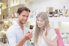 Un couple examinant un échantillon de produits de beauté Photos stock