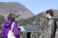 Un couple explore le secteur près du sommet le plus élevé du ` s de l'Arizona Photo stock