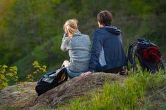 Un couple fait une pause tout en se baladant sur une traînée préparée Photographie stock libre de droits