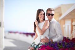 Un couple gai et romantique détendant sur un fond ensoleillé de station de vacances Une fille de brune et un homme ayant l'amusem Photographie stock