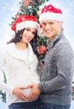 Un couple heureux attendant le bébé à Noël Images libres de droits
