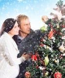 Un couple heureux décorant l'arbre de Noël Images stock