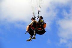 Un couple heureux dans le harnais et la vitesse, montant au-dessus de la terre et de la mer pour la récréation, San Diego, la Cal Photographie stock libre de droits