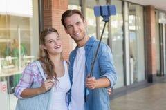Un couple heureux de sourire prenant des selfies Photographie stock libre de droits