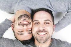 Un couple homosexuel au-dessus d'un fond blanc Photographie stock libre de droits