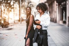 Un couple interracial des amis dehors photographie stock libre de droits
