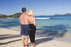 Un couple mûr regarde à l'extérieur sur l'océan Image stock