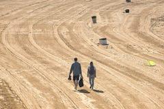 Un couple marchant sur la plage Photos stock