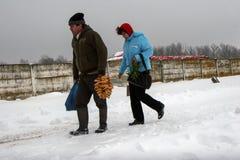 Un couple marche par la neige Image libre de droits