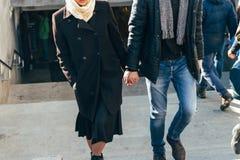 Un couple marche, marche par la ville, tenant des mains, bras Images stock