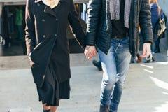 Un couple marche, marche par la ville, tenant des mains, bras, vue arrière Image libre de droits