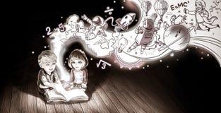 Un couple mignon de bande dessinée des enfants caucasiens garçon et fille Image libre de droits