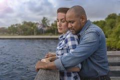 Un couple multiracial regarde au-dessus du pilier photographie stock