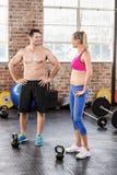 Un couple musculaire discutant ensemble photo stock