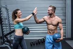 Un couple musculaire donnant la haute cinq image libre de droits