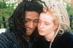 Un couple noir et blanc dans l'amour, ville de NY, NY Photographie stock libre de droits