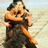 Un couple non identifié de danse Images stock