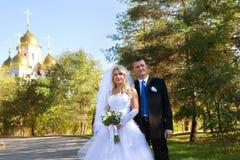 Un couple près de l'église Image stock