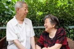 Un couple aîné regarde l'un l'autre. Image libre de droits