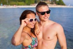 Un couple se tenant sur la côte de la mer et ayant l'amusement Photographie stock libre de droits