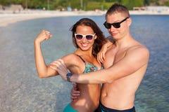 Un couple se tenant sur la côte de la mer et ayant l'amusement Images stock