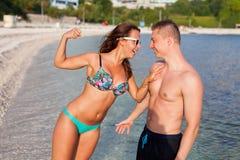 Un couple se tenant sur la côte de la mer et ayant l'amusement Photos stock