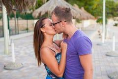 Un couple se tenant sur la plage et les baisers Ils sont heureux Images libres de droits