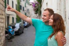 Un couple se tenant sur la rue et à l'aide du smartphone Photographie stock
