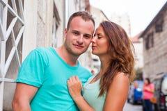 Un couple se tenant sur la rue et ayant l'amusement Émotion positive Photos stock