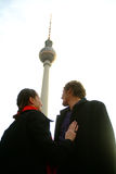 Un couple sous la tour de l'alexanderplatz TV, Berlin Photo libre de droits