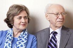 Couples pluss âgé regardant loin - haut étroit Photos libres de droits